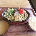 博多元気一番‼︎ - 焼きラーメン 小ご飯付き 780円。 汁なしのラーメンが熱々鉄板皿に盛られています。