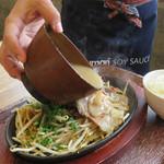 博多元気一番‼︎ - 豚骨スープを鉄板皿に注ぎます。