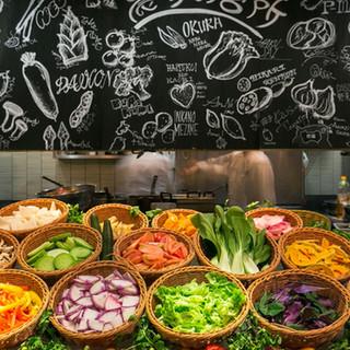 こだわり野菜のサラダバーは約20種類の野菜が食べ放題!