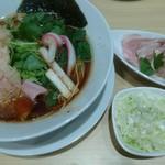 むぎとオリーブ - 鶏SOBA、トッピング:低温調理の豚チャーシュー、ねぎ
