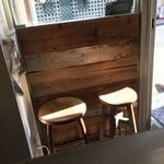 麺や 庄の gotsubo - 店内の待ち用椅子