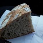 ブーランジェリー ジン - 全粒粉の田舎パン(300円)は日持ちするとのことで、買ってすぐはお酒っぽい芳醇な香り