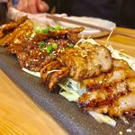 北海道マルハ酒場 - 焼肉三種盛 800円 もち豚・彩美牛・ふらのロースが入ってます!