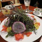 カフェ三三五五 - 海ぶどうと辛子菜などの鎌倉野菜のサラダ