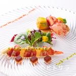 ラ・レゾナンス - 一皿に冷温2種類の前菜が楽しめる、彩り鮮やかな『オマール海老とグレープフルーツのサラダ』