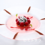 ラ・レゾナンス - 薔薇の香りに包まれたキュートなデザート『ガトー・フランボワーズ 薔薇のジュレにのせて』