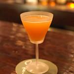 75916729 - 信濃スイート(林檎) 茶葉(アールグレー)入れタンカレージン のカクテル