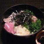 忍庭 - 海鮮丼は、切身4枚とマグロのすり身