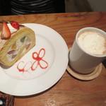 AKANE - ロールケーキとロイヤルミルクティーのセット(890円)