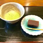 半六サロンしゅまん - 「羊羹・抹茶セット」(500円)。