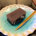 半六サロンしゅまん - 羊羹は、松華堂製の黒羊羹。上品な甘味で、後味も良い。たまには羊羹も食べたいな、と思った。