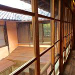 半六サロンしゅまん - 木桟のガラス戸は、アルミサッシでは味わうことは出来ない、独特の風合いがある。
