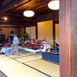 半六サロンしゅまん - 各部屋では、昭和なオネイサン向けのフリーマケットが開催されていた。