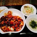 中華ダイニング 貫 - ミニサラダ、わかめのスープ、揚げ焼売2個、薄味のザーサイ付き。