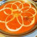 カリーゾーン - バターチキンカレーのアップ。甘くてまろやかなトマトのカレー