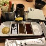 新宿 立吉 - キャベツ食べ放題 塩、醤油、カレーソース、ソース
