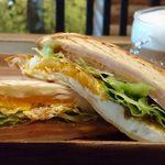 ISUKE - ISUKE @東葛西 月見サンド 横からの眺め 具材はチーズを挟んだハム2枚・レタス・目玉焼き