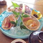 75935105 - 「本日の刺身定食」(1580円)。これにご飯、味噌汁、海苔(?)が付く。私は呑みたかったので、ご飯はなしにした。
