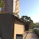 板蕎麦 香り家 - 川に向かって大きな窓