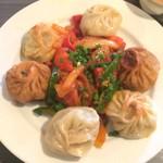 ネパール民族料理 アーガン - 揚げ、焼き、蒸しどれも熱々。