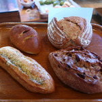 モキチ ベーカー&スウィーツ - ガーリックフランス、焼きカレーパン、レザンノア、カンパーニュ ハーフ大きさ比較