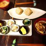 利さく - モーニング(お惣菜セット)玄米おにぎり→写真は2名分