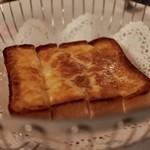 AKARENGA STEAK HOUSE -  3種のチーズのトースト