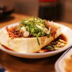 """一月家 - ココに来たら太田和彦氏の三大""""油どうふ""""、温かい豆腐に醤油ポン酢が掛かっています。薬味がない方が湯豆腐らしく好みでした"""