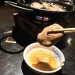 落日酒楽 - 落日酒楽(ひはおちて さけたのし)(東京都武蔵野市境南町) 灼熱のフランベ~口の中でトロけるふわとろ生白レバー刺身・鉄板焼