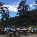 75959547 - 雲取山荘                       (山荘前にはベンチがあります)