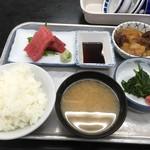 75965063 - 鮪造り 肉じゃが ほうれん草のおひたし&炙りたらこ                       ご飯 しじみ汁