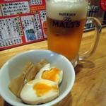 飲食笑商何屋ねこ膳 - 「ビールセット(メンマと煮玉子)」600円也。