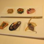 ブラッスリー アミカル - ガレット・コースの前菜(ヒラマサのカルパッチョ、子供ピーマン、自家製リエット、他)