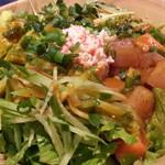 Californian Poke - ランチ魚介2種セット1,000円 さんおつチョイスはLサイズ下地ベースにグリーンサラダ、魚はビントロとサーモン。 ドレッシングはデフォのプレーンを2辛で