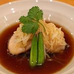 中国料理 琥珀 - 八丈島産金目鯛の葱、生姜蒸し 琥珀自慢のソースがけ 金針菜と茄子添え