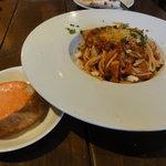 カフェ オー ソーレ ミーオ - 特製ラグーソース(ミート)のパスタと本日のパン