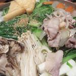 とも喜 - 多種類の野菜の下には豚肉や海老、 鶏肉もゴロゴロ。