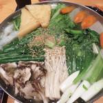 とも喜 - 塩ちゃんこ鍋。雑味がない鶏ガラスープがベースで、野菜の旨味が活きています。