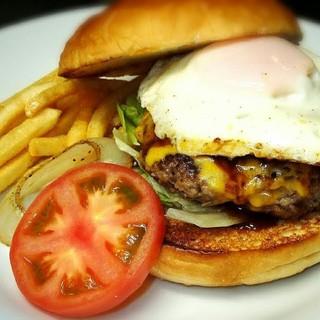ハンバーガーをはじめ、お酒のおつまみや和食メニューも豊富