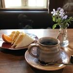 カフェ&アロマ オンブラージュ - 料理写真:厚焼きたまごサンドのモーニング、ドリンク代プラス100円です(2017.11.6)