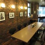 ツタヤ喫茶店 - 8席に見えますが、壁がミラーになっていて4席です(笑)
