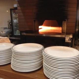 石窯の中は約400℃。一気に焼き上げるピッツァはもちもちです