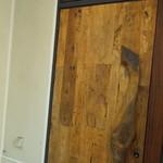 あき山 - 雑居ビルの2階、階段を上がると玄関。