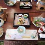大岳荘 - 料理写真:今回は20人近いメンバーでの宴会だったから既にテーブルには最初のお膳が並んでました。