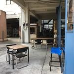 オクサワ・ファクトリー・コーヒー・アンド・ベイクス - テラス席