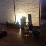 松好 - 真ん中の大テーブル 和紙の照明が間仕切り…