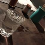 焼き鳥屋台 - ポットから注がれる燗酒。