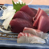 市場食堂 - 料理写真:戻りガツオのお刺身。肉厚で脂がのって美味しい!