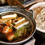 まくらぎ - 赤城地鶏つけ汁そば。ぷりっと濃厚な地鶏の旨みと、香ばしい焼ねぎの甘みが絶妙なバランス。