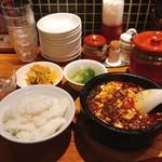 陳家私菜 赤坂一号店 湧の台所 - 頂天石焼麻婆豆腐 @800円 定食のセットは15:00まで。 ごはんも麻婆豆腐もボリュームたっぷり。